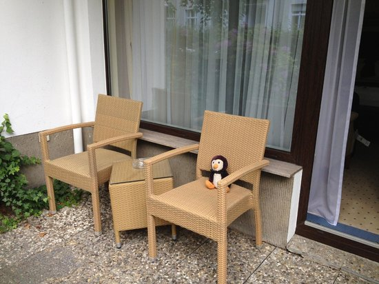Hotel Villa Kastania: Private garden seating
