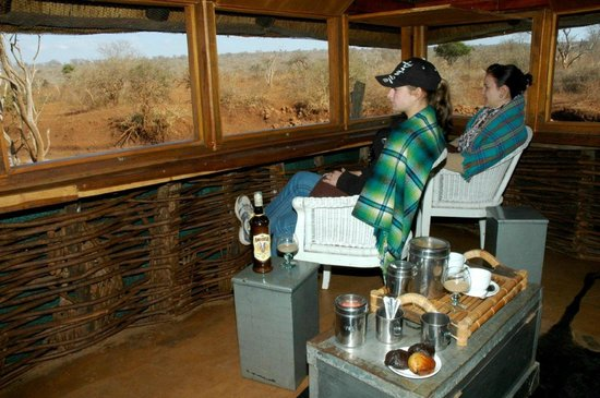 White Elephant Safari Lodge: Early moring coffee in secret hide - perfect photo oppertunities and excellent bird viewing