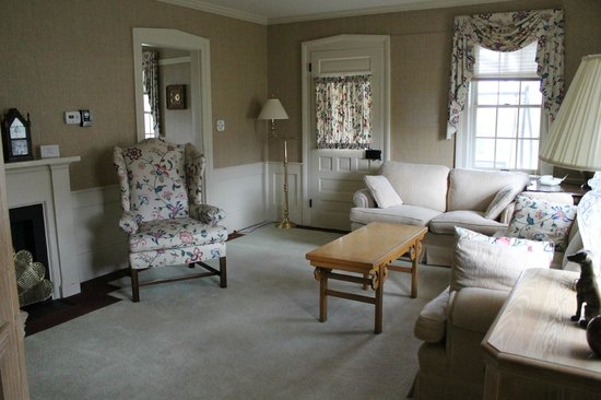 North Canton, OH: Living room at the Tea House at Fieldcrest