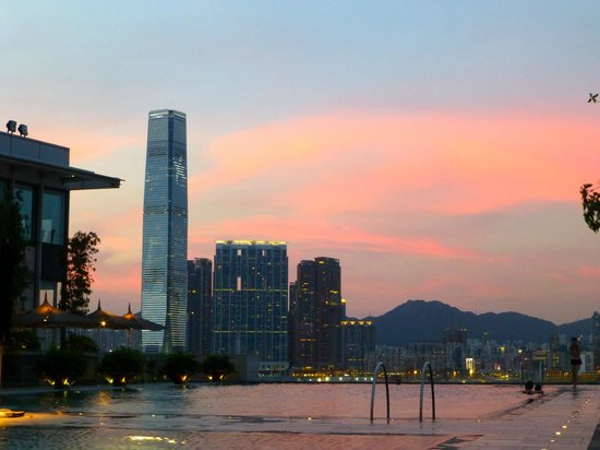 Four Seasons Hotel Hong Kong: pool at sunset