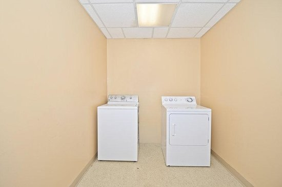 BEST WESTERN Monroe Inn & Suites: Guest Laundry Room