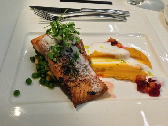 Mangere, Nuova Zelanda: Salmon from the hotel restaurant - Excellent food!