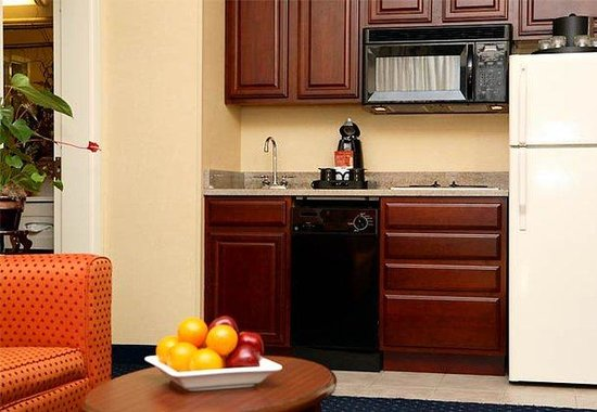 Courtyard by Marriott Burlington Taft Corners: Executive Suite Kitchen