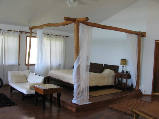 Keaau, HI: Romantic king sized platform canopied bed
