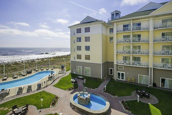 Hilton Garden Inn Outer Banks/Kitty Hawk: Courtyard with outdoor pool