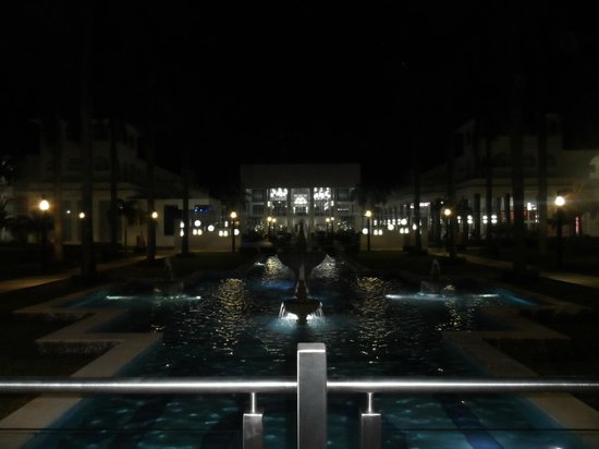 Riu Palace Mexico: Looking towards the main part of the hotel at night