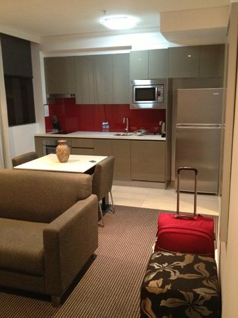Meriton Serviced Apartments Campbell Street: Kitchenette