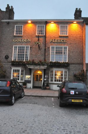 Golden Fleece Hotel: Front of Hotel