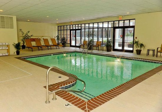 Courtyard by Marriott Louisville Downtown: Indoor Pool