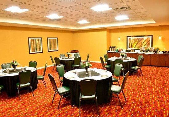 Courtyard by Marriott Louisville Downtown: Bluegrass Meeting Room – Banquet Setup