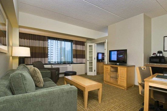 DoubleTree by Hilton Hotel & Suites Jersey City: Premier Suite Living Room