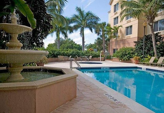 Fairfield Inn & Suites Boca Raton: Outdoor Pool & Fountain
