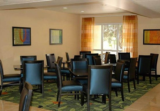 Fairfield Inn by Marriott Nashville at Opryland: Breakfast Sitting Area