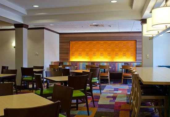 Fairfield Inn & Suites Saratoga - Malta: Breakfast Area