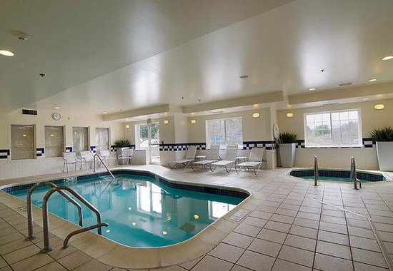 Fairfield Inn & Suites Saratoga - Malta: Indoor Pool