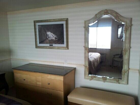 Yellowstone Gateway Inn: other view of bedroom