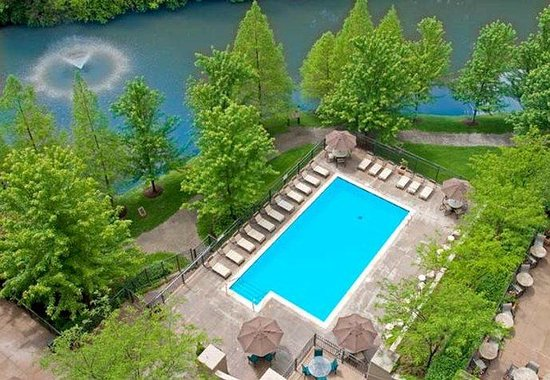 Chesterfield, MO: Outdoor Pool and Lake