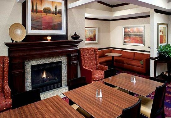 Residence Inn Kansas City Country Club Plaza: Hearth Room Fireplace