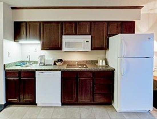 Hawthorn Suites by Wyndham Oshkosh: Kitchen