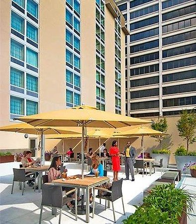 Courtyard by Marriott Chevy Chase: Outdoor Patio