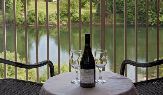 Roseburg, OR: Enjoy a Glass of Wine from your own private Balcony