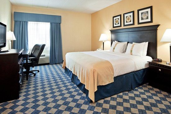 Worthington, OH: King Bed Guest Room