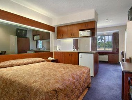 Ashland, VA: Standard Queen Bed Room