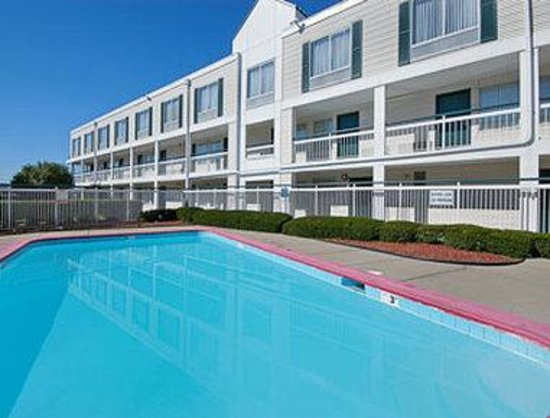 Ramada Inn St. Louis Airport/Hazelwood: Outdoor Seasonal Pool
