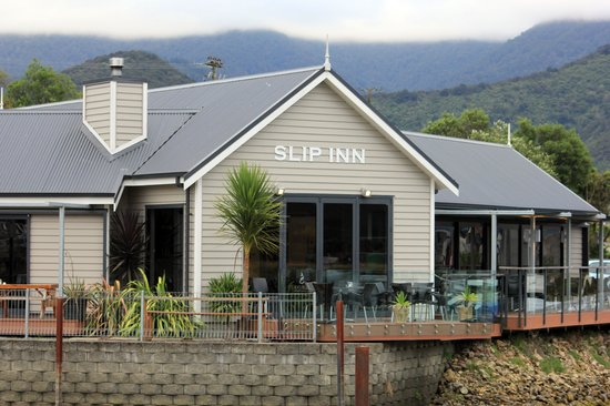 Havelock, New Zealand: The Slip Inn set next to the water