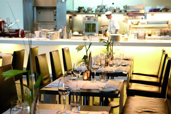 Empire Riverside Hotel: Restaurant waterkant with show kitchen