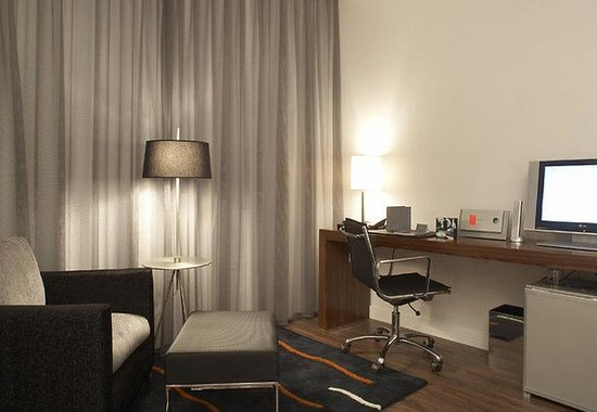 AC Hotel Palau de Bellavista by Marriott: Standard Guest Room Work Area
