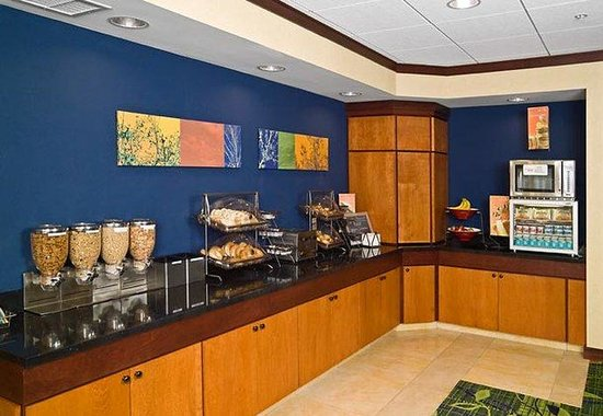 Fairfield Inn & Suites: Early Eats Breakfast