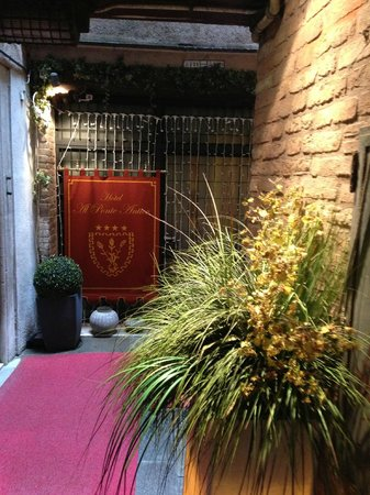 Al Ponte Antico Hotel: The entrance