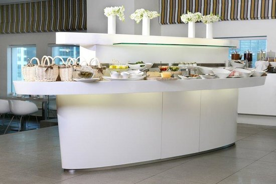 Crowne Plaza Tel Aviv City Center: Club Lounge, buffet