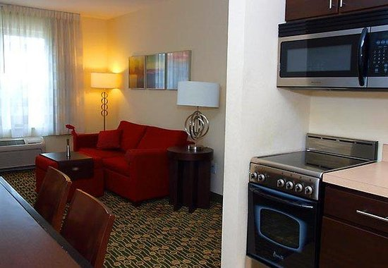 TownePlace Suites Republic Airport Long Island/Farmingdale: Suite Living Area