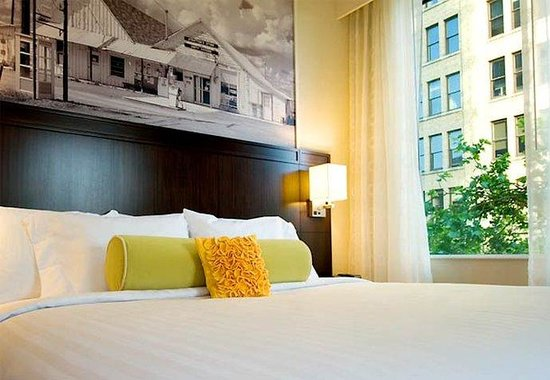 Courtyard by Marriott Portland City Center: Corner King Guest Room
