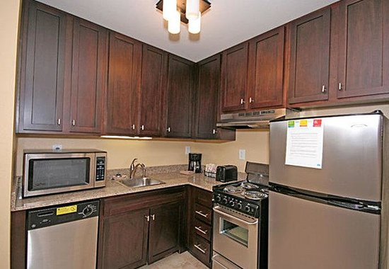 TownePlace Suites by Marriott Columbia SE/Fort Jackson: Accessible Suite Kitchen
