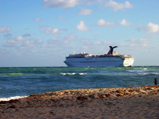 Hilton Bentley Miami/South Beach: Cruise ship passing leaving area