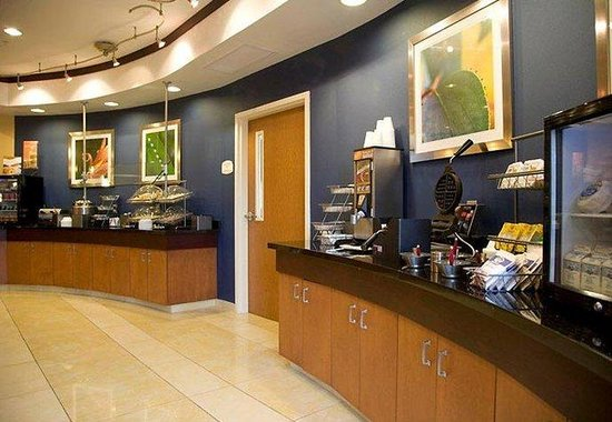 Fairfield Inn & Suites Montgomery EastChase: Breakfast Bar