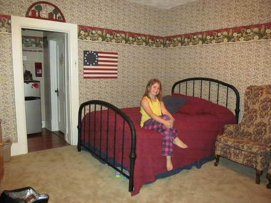 De Smet, SD: Americana Room 2 full beds, 1 murphy.