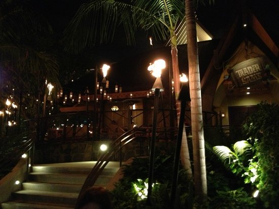 Disneyland Hotel: Trader Sam's at night