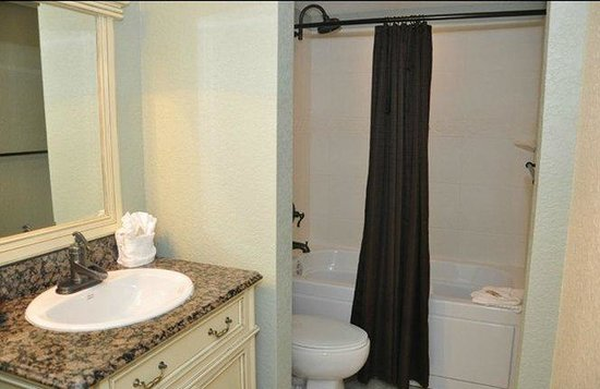 Orlando Courtyard Suites: Bathroom