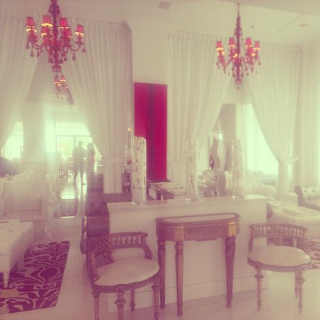Red South Beach Hotel: Beautiful entrance, lighting and furniture!