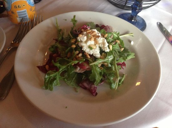 Cardiff by the Sea, Калифорния: Salad with goat cheese and pine nuts