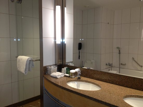 Hilton Copenhagen Airport: Fantastic bath/shower/double sinks!