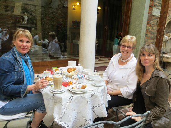 Hotel Al Ponte Mocenigo: Breakfast in Courtyard