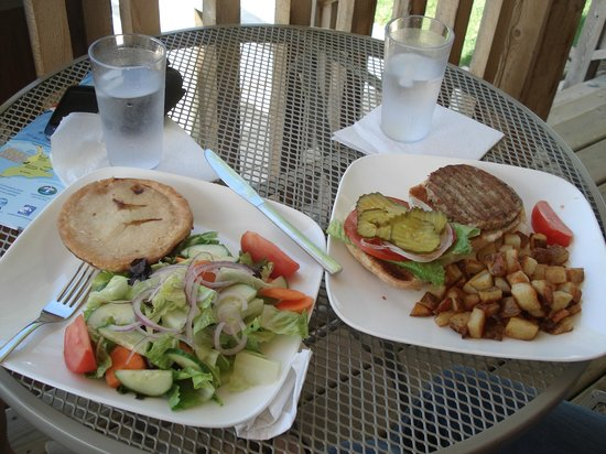 Lion's Head, Kanada: Turkey burger (right), chicken pot pie (left - yummy!)