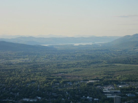 Glens Falls, Nueva York: Lake George in the Distance