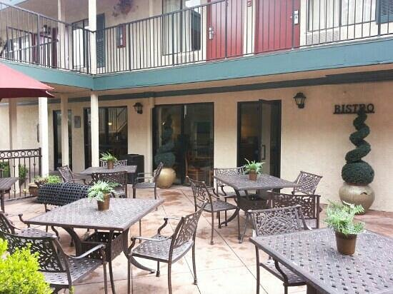 Quality Inn & Suites - Anaheim Resort: outside eatting area