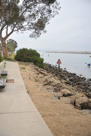 Dana Point, Californië: walkway along harbor
